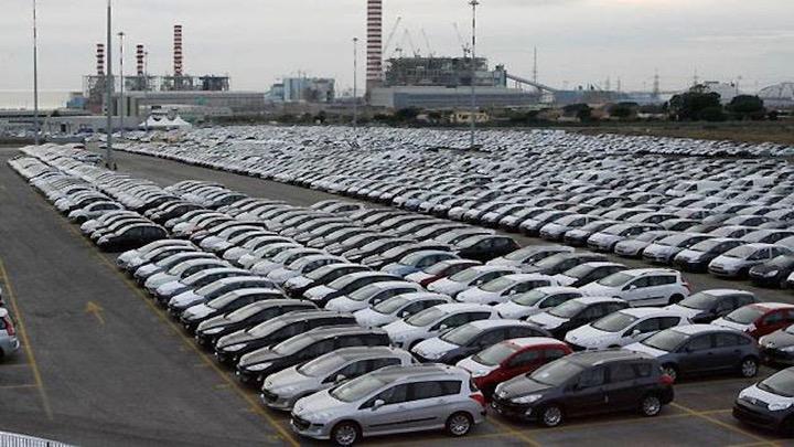 surstock-erreur-automobile-parking-crise
